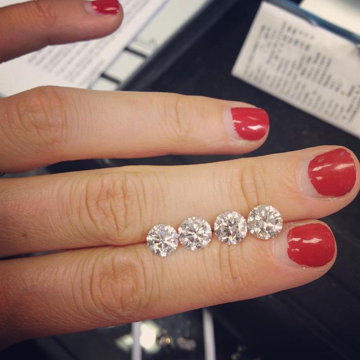Decisions decisions... #diamonds #roundbrilliantcut #sparkle #somethingspecial #engagement #finejewelry #jewellery #jeweller #awholelotofcarats #studiolife #futureheirlooms #luxe