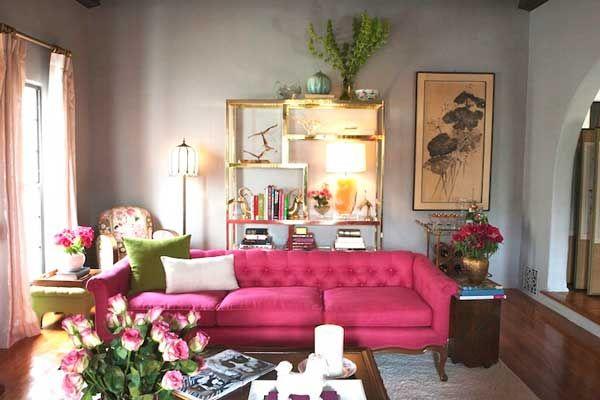 Divano rosa nel salone