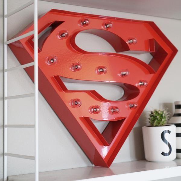 Flot og anderledes lampe i metal fra Sweetlights, der er formet som supermands logo og har praktiske LED lys. Bestil online og få hurtig levering - gratis gaveindpakning.