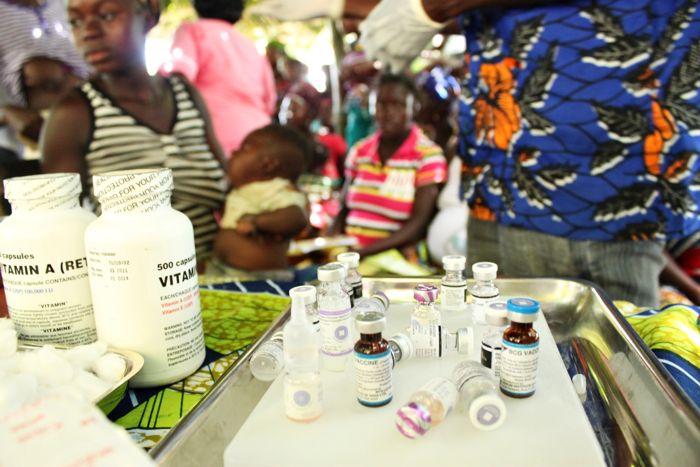 Oprócz szczepionek dzieci otrzymują także niezbędne witaminy i minerały. www.unicef.pl/pomagam © UNICEF/Z.Dulska