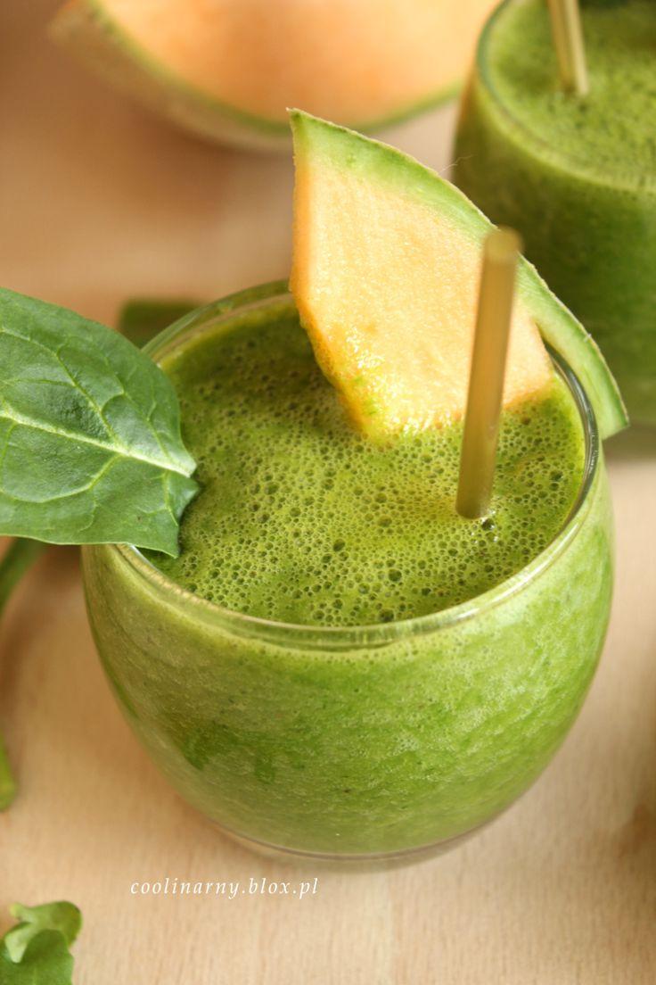 Zielony koktajl z melonem i pomarańczą.