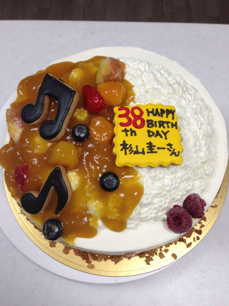 カレーライスのケーキ 下はイチゴショート、上のカレー部分はマンゴープリン