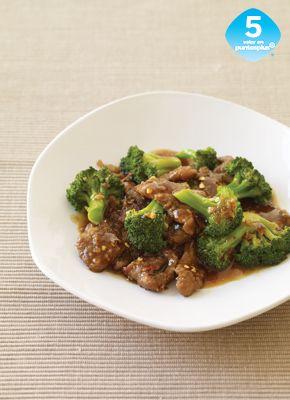 Carne de Res Sancochada con Brócoli - Esta receta china clásica se puede hacer en menos tiempo de lo que toma ir por comida parallevar. Sírvela con arroz, fideos o con hojas de lechuga hidropónica envuelta como wraps.