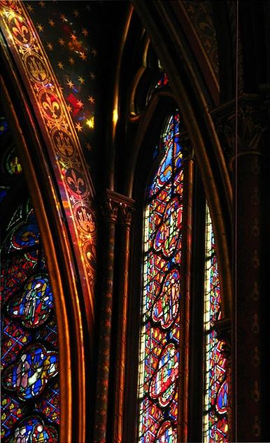 Sainte Chapelle огромные окна, разноцветные витражи, насквозь пробитые солнечным светом. А внутри — дрожащий и переливающийся светом воздух.  стены, и перекрытия по сравнению с площадью окон незаметны. Витражи в 15 метров высотой, занимающие площадь более 600 кв.м., иллюстрируют более чем 1000 сцен из Ветхого и Нового завета — начиная от Сада Эден и заканчивая Апокалипсисом.