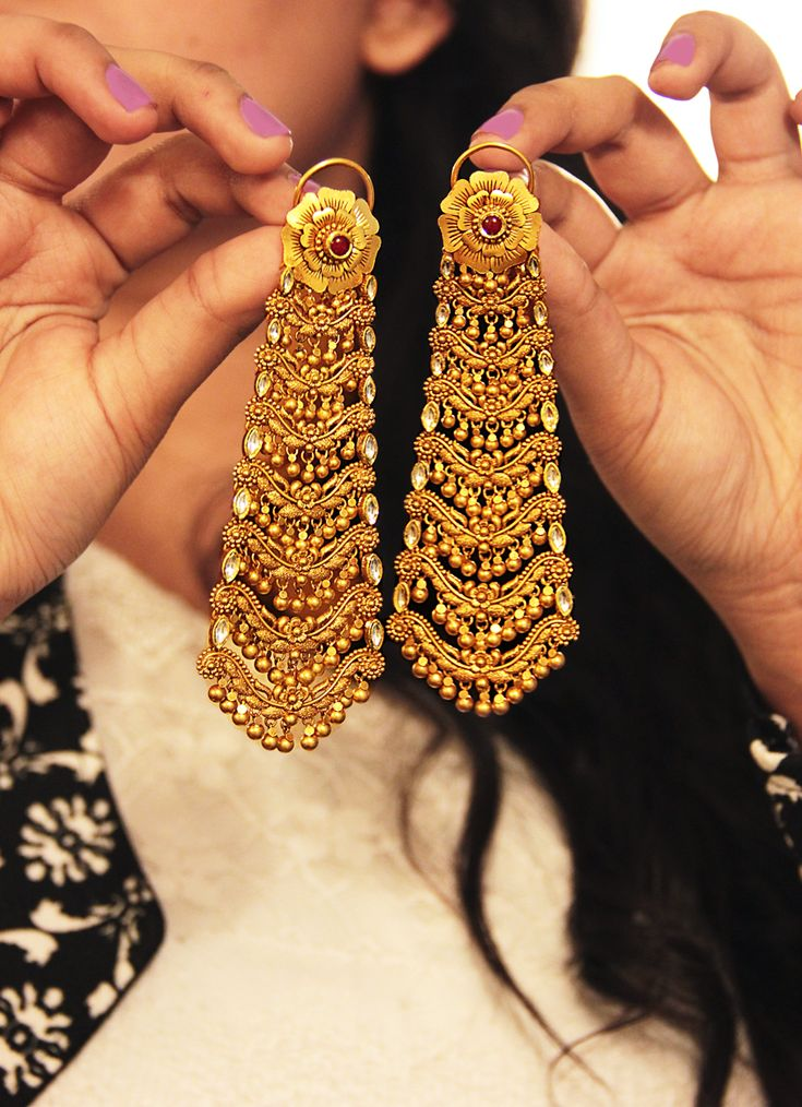 Gold chandelier earrings, make for some lovely Indian bridal wear #wedding #jewellery