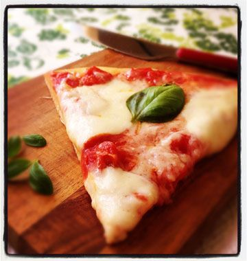 Pizza margherita, sauce tomate et basilic - Ôdélices : Recettes de cuisine faciles et originales !