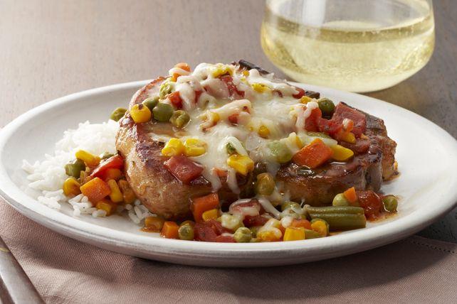 Le mariage de la vinaigrette KRAFT et des tomates rend ces côtelettes juteuses et savoureuses.