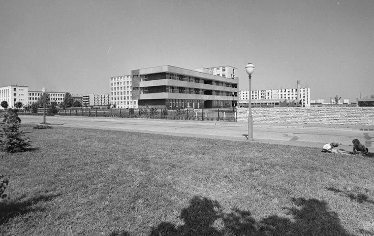 Kossuth Lajos utca, szemben a Városi (Szent Pantaleon) kórház, balra a rendelőintézet.