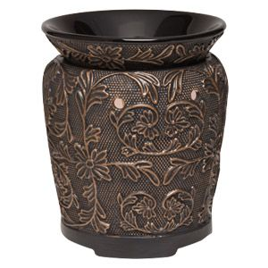 Verschlungene, kupferne Weinreben umhüllen ein bronzefarbenes Gefäß mit Blumen und Blättern