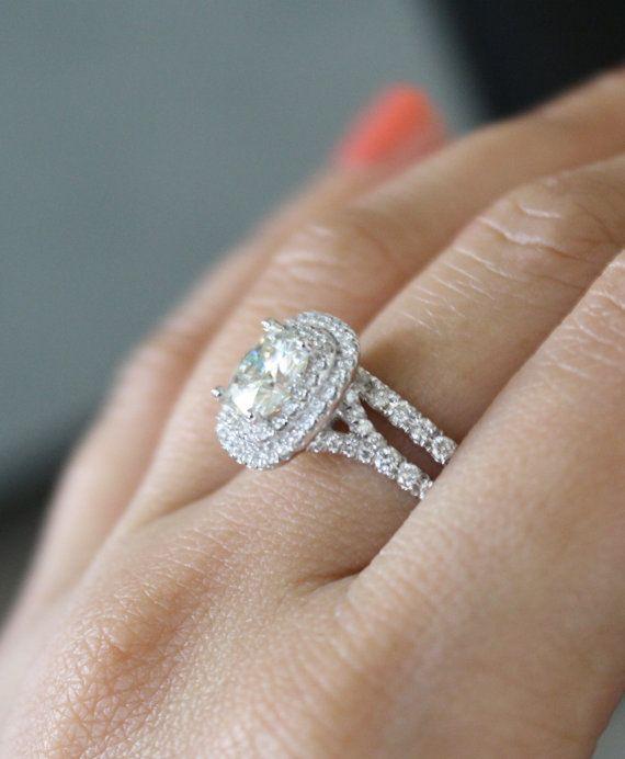 Se stai cercando di acquistare un anello di moissanite certificata dallaspetto sostanziale senza rompere la banca, allora questo è lanello per voi! È pazzo bella, un sacco di diamanti e super scintillante! È anche fatto a mano e mano impostata dallinizio alla fine! Per non parlare di unimpostazione di doppia halo!  Questo bella 14k oro bianco halo doppio anello di fidanzamento insieme dispone di un 7mm (circa 1,75 carati) Charles & Colvard cuscino taglio moissanite, affiancato e circondato…