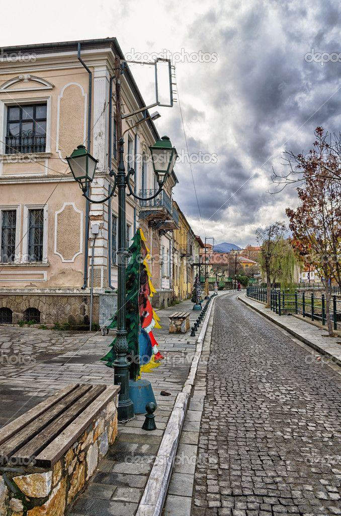 Scarica - Strada con vecchi edifici neoclassici di fiume a florina, una destinazione popolare di inverno nel nord della Grecia, in una giornata nuvolosa — Immagini Stock #47750465