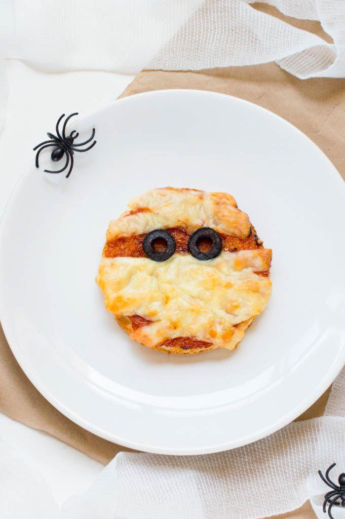 Nos encanta esta pequeña pizza momia para celebrar Halloween. Son tan fáciles de hacer que nadie se podrá resistir a hacerlas en casa. Te animas?