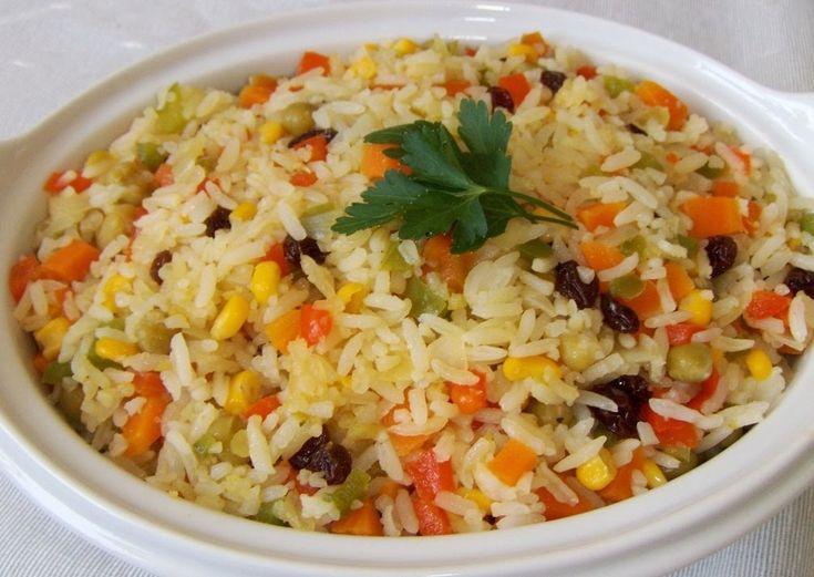 Ingredientes: 3 xícaras de arroz , 6 xícaras de água , 1 caixa de passas , Queijo parmesão ralado , 5 colheres de ervilha , Manteiga , Óleo , Pimentão, cebola, salsa, cebolinha verde e cenoura , Sal