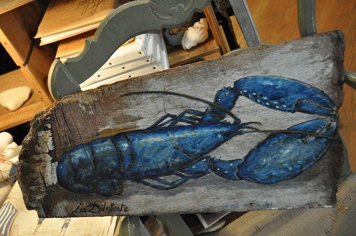 homard bleu peint sur bois flotté par la dilettante