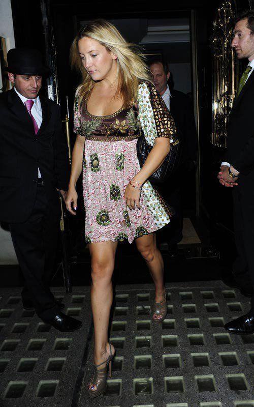 Sempre quando penso no estilo hippie chic penso logo na Nicole Richie, mas outra famosa que faz bem este gênero é a Kate Hudson. Ela saiu assim, com este vestido estampado ontem em Londres. Achei lindo, a sandália verde então, nem se fala!!!