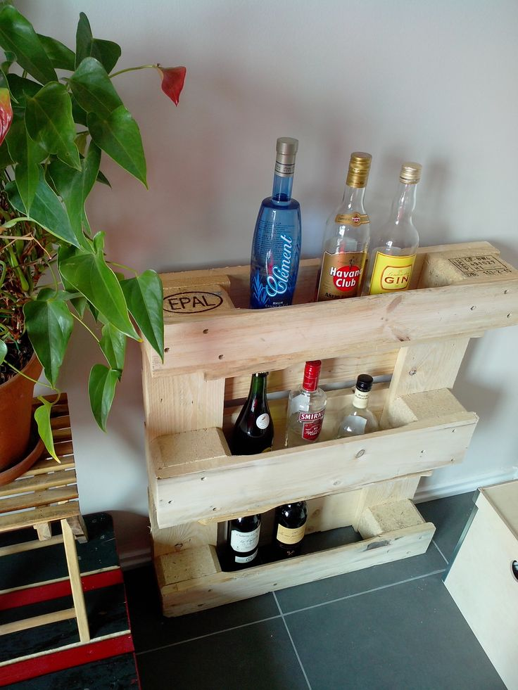 A very easy to do small bar. It took me only 10 minutes of work ! :)  Idea sent by Goossens Pierre ! #Bar, #DIY, #Pallets