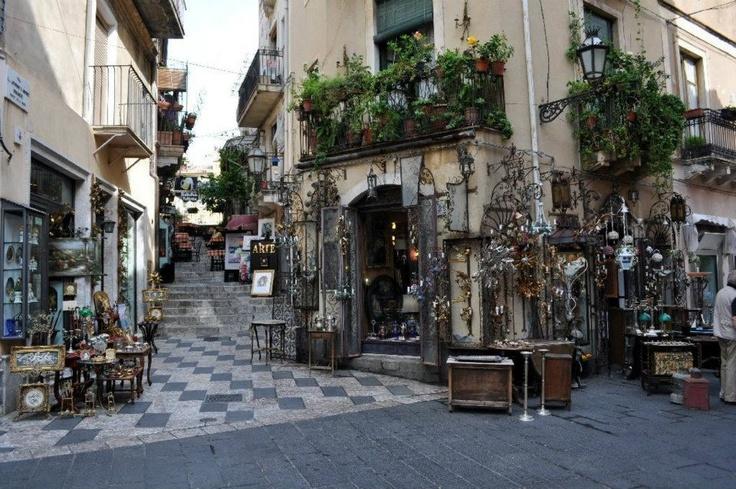 Taormina...le sue stradine colme di negozietti di souvenir...un incanto