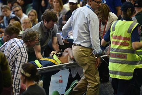 El suegro de Andy Murray sufrió un colapso que alteró la jornada en Australia. January 23, 2016.