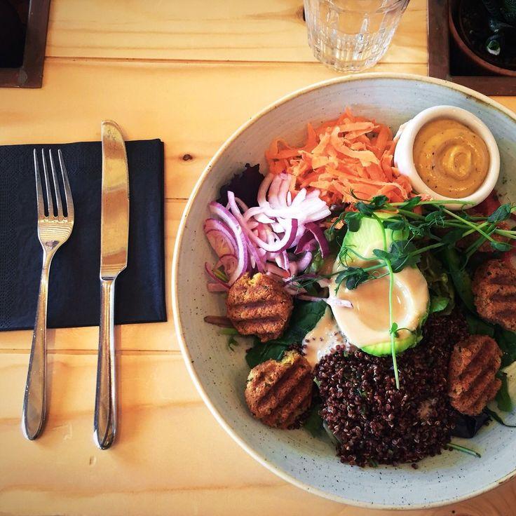 Kaferang - Stockholm, Sverige. Vegansk falafel sallad med tahinisås.