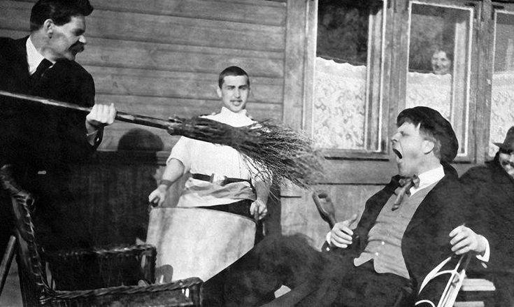 Максим Горький тычет метлой в оперного певца Федора Шаляпина, 1905 г