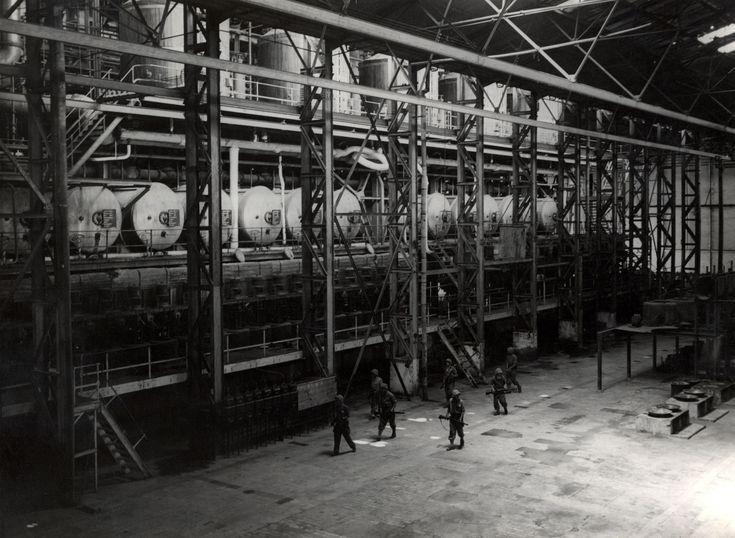 Nederlandse militairen in de sodiumfabriek Semboro, die nog geheel intact bleek te zijn, eerste politionele actie [in de omgeving van Loemadjang] op Oost-Java Indonesië, 22 of 23 juli 1947.