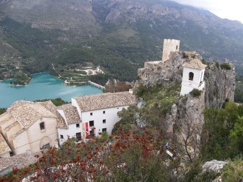 Guadalest está en la parte superior de una roca de quinientos metros de altura, con vistas al embalse que abastece de agua a la región de la Marina Baixa.