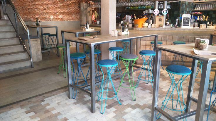 Taburetes metálicos y mesas de hierro y madera www.fustaiferro.com #restaurante #bar #hosteleria #cafeteria #diseño #interiorismo