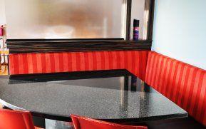 La nouvelle banquette permet d'asseoir plus de convives et la division de verre givré donne un effet de profondeur à la pièce