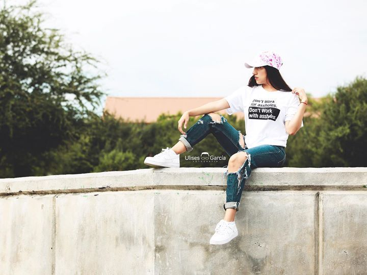 Elisa Mustfsaeli playera de Yay Nay  Chequen su tienda en línea tienen diseños muy chidos! Algunos de ellos bordados a mano.   #wardrobe #ropa #moda #Style #streetstyle #model #yaynay #ventaderopa #couture #shooping