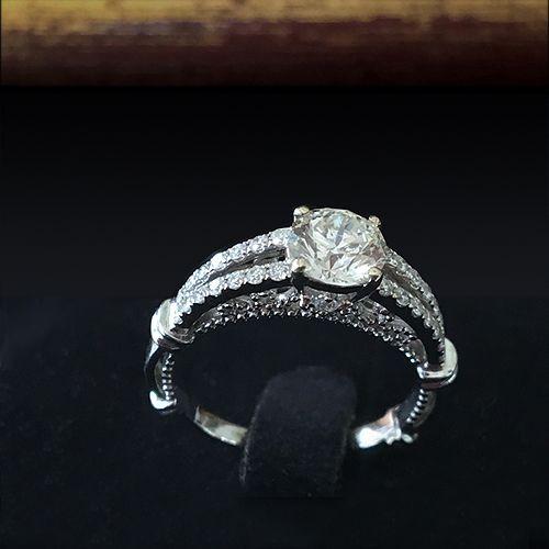 Кольцо с бриллиантомАртикул: A3902 Золотое кольцо с бриллиантом. Белое золото 750 пробы. Центральный бриллиант 0.92 карата круглой огранки. Общий вес бриллиантов 1.44 карата. Кольцо с бриллиантом для предложения и помолвки.