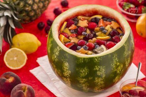 L'anguriata è un modo originale e sfizioso per mangiare l'anguria: scavata e ripiena di frutta fresca insaporita con succo di arancia e vino moscato.