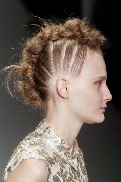 modella di lato con capelli raccolti che sembrano una cresta