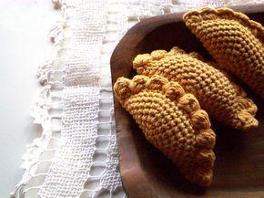 Empanada Amigurumi - Patrón Gratis en Español aquí: http://picapauyan.blogspot.com.ar/2011/03/empanadas.html
