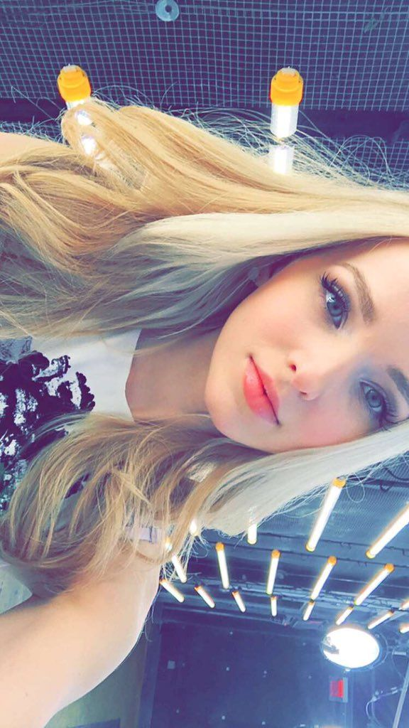 Pinterest||CalmesAndrea♡♕❃. BEAUTIFUL PHOTO OF DOVE CAMERON. LIKED VERY MUCH SO . Sal P