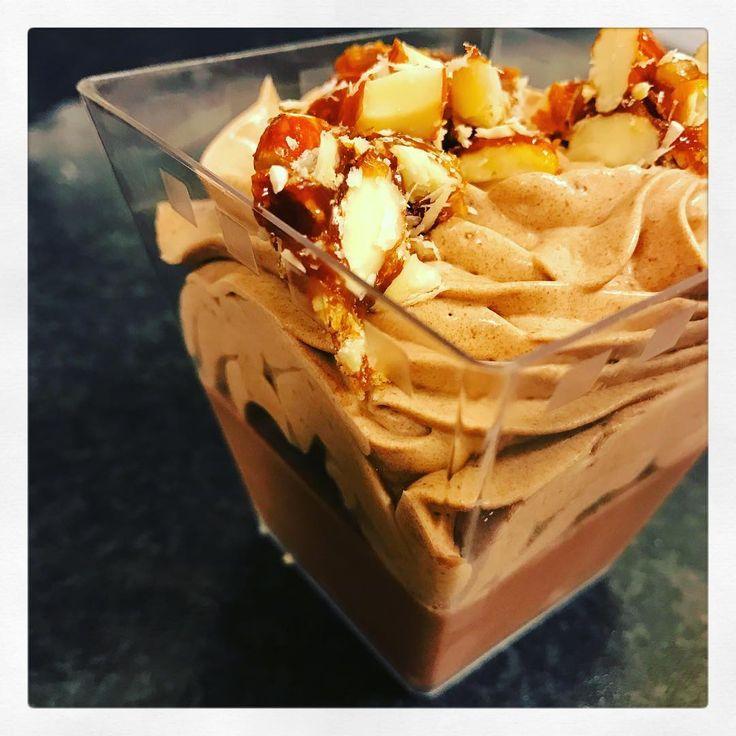 Puttrad chokladkräm, gömd brownie, chokladmousse och karamelliga mandlar på topp!