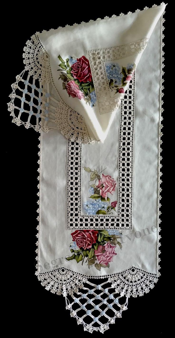 CM57-Confecção de caminho de mesa em linho, com pintura e crochet. Med. 212 x 51 cm