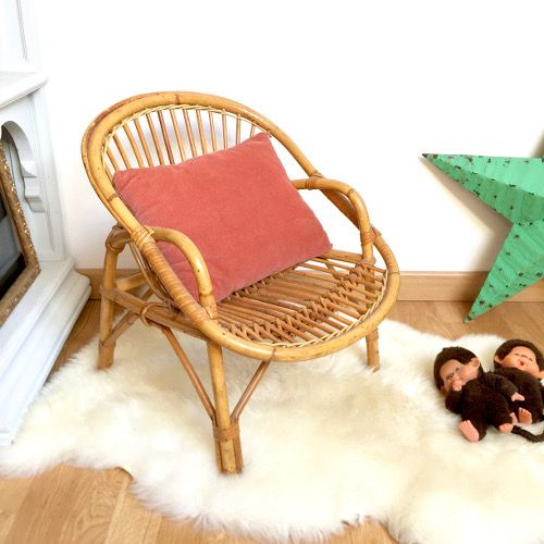 Brocante Décoration ambiance vintage années 50 60 esprit bohème ancien petit fauteuil d'enfant avec accoudoir forme coquille en rotin