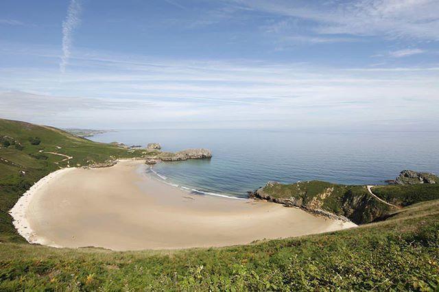 ¡Qué soñéis con playas bonitas!  Como esta, ¿la conocéis? Está en #Llanes, #Asturias  #SitiazodeEspaña #España
