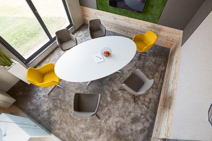 Primrose Yellow - die trendige Frühlingsfabe punktet mit Fröhlichkeit. Der gelbe Loungestuhl ist ein Blickfang in jedem Meeting und hebt sich gezielt vom warmen Grau ab.