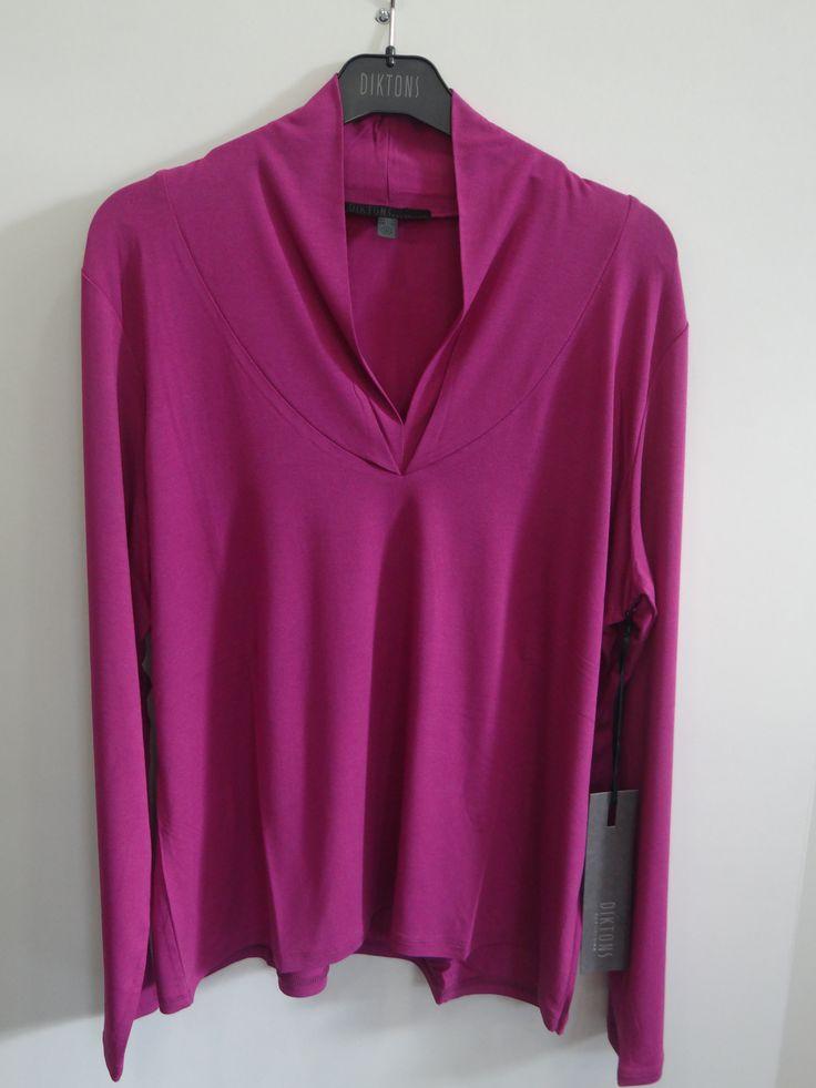 Camiseta básica cuello pico color buganvilla