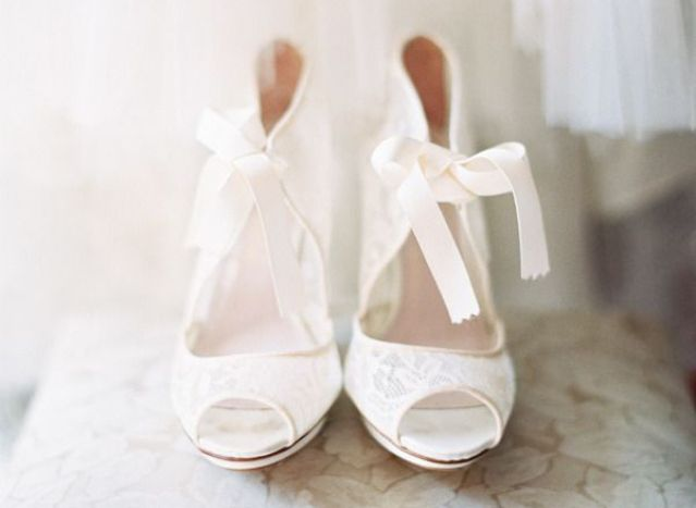 Een paar bruidsschoenen van Christian Louboutin mag niet ontbreken op je bruiloft #pumps #kant #wit #trouwen #bruiloft #inspiratie #wedding #shoes #lace #inspiration #louboutin Lace it up! Bruidsschoenen van kant | ThePerfectWedding.nl | Fotocredit: Clary Photo