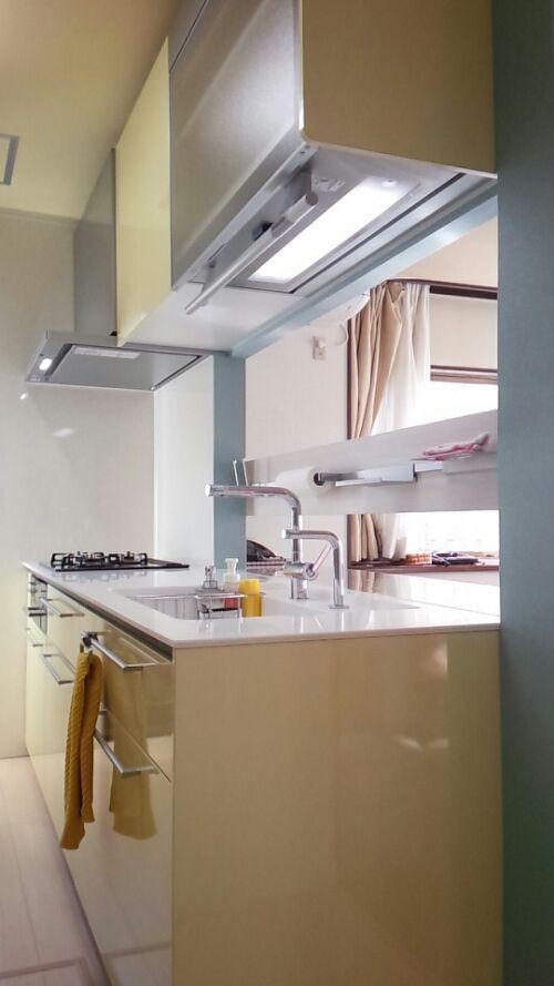 小山市キッチンリフォーム 施工例 TOTOシステムキッチン『ザ・クラッソ』  かろやかな北欧風カラーコーディネートで引立つ、セミフラット対面カウンターキッチン 壁付けI型キッチンと造作メラミンカウンターで、フラットな大開口カウンター&ちょっと便利なボーダー収納レール