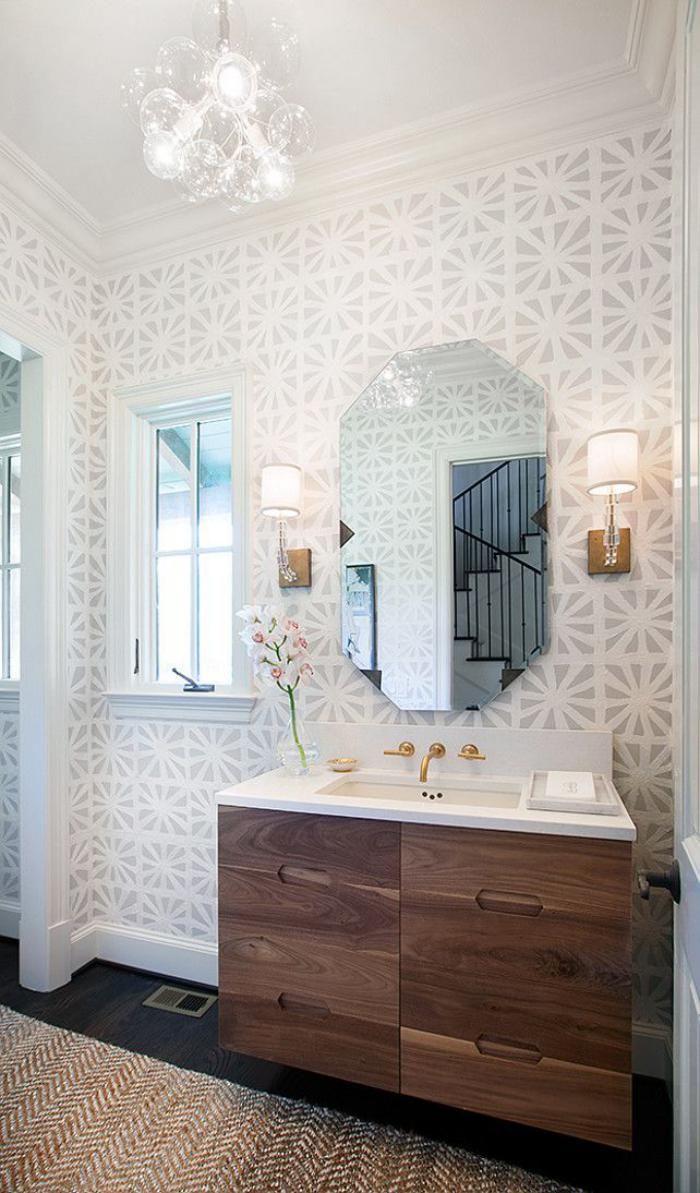 papier peint blanc, salle de bains élégante, meuble sous vasque en bois et papier peint