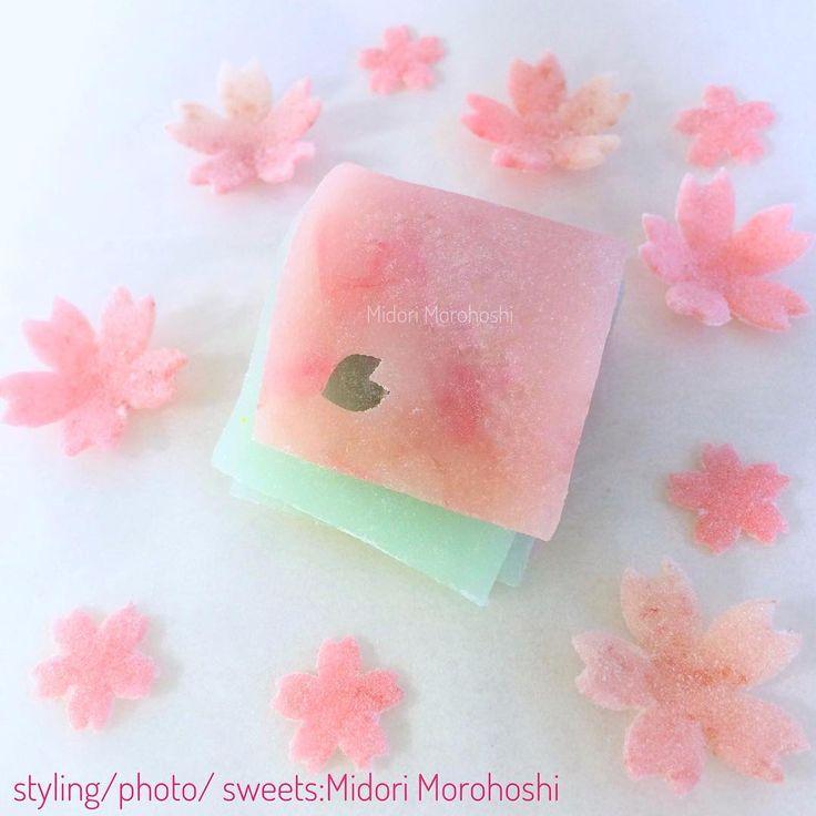 【リアル花びら餅⁈】 週末お茶会用和菓子を作っています。本来 お正月のお茶会では 花びら餅が定番ですが、本物の桜の花びらと葉を使い 春の香りの和菓子を…リアル花びら餅(笑)外はまだ真冬ですがキッチンは春の香りでいっぱいです❤︎ 『Kan-zakura〜外郎Uirou』 I'm cooking Japanese sweets for the tea parties of this weekend. I cook the savory spring sweets using petals and leaves of cherry. It is still the depth of winters, but my kitchen is full of spring fragrances.  #和菓子 #外郎 #桜 #寒桜 #花びら #桜葉  #花びら餅 #リアル #エディブルフラワー #お茶会  #フードスタイリング #Wagashi #Uirou #Cherry #petal #leaf  #Hanabira-mochi #Edibleflower #Teacelemony…