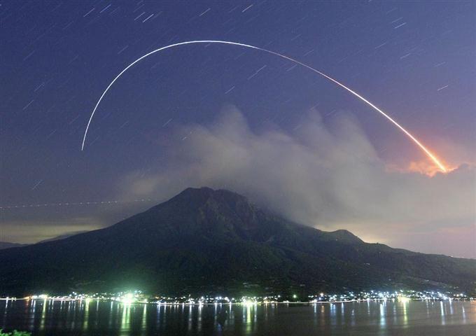 九州写真記者協会賞に選ばれた南日本新聞社・蓑田智史記者の「桜島とH2B」