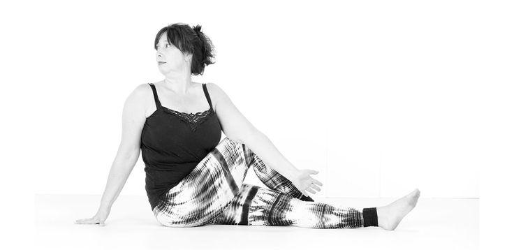 Seated Spinal Twist, verbetert de spijsvertering, de lever en de nieren, verlicht rugpijn, heupjicht en menstruatiepijn. Stretcht het bovenlichaam. #yoga #ardhamatsyendrasana #twistedpose #seated #asana #namaste #antwerp #belgium #curves #curvy #curvyyoga #curvyqueenyoga