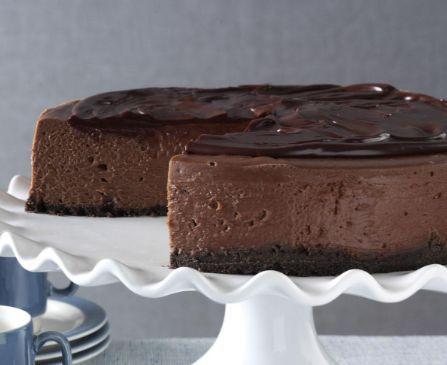 Ένα υπέροχο cheesecake με 3 στρώσεις σοκολάτας... τραγανή βάση με μπισκότα σοκολάτας, σοκολατένια γέμιση με κρέμα τυριού, καλυμμένο με γκανάς σοκολάτας. Μι