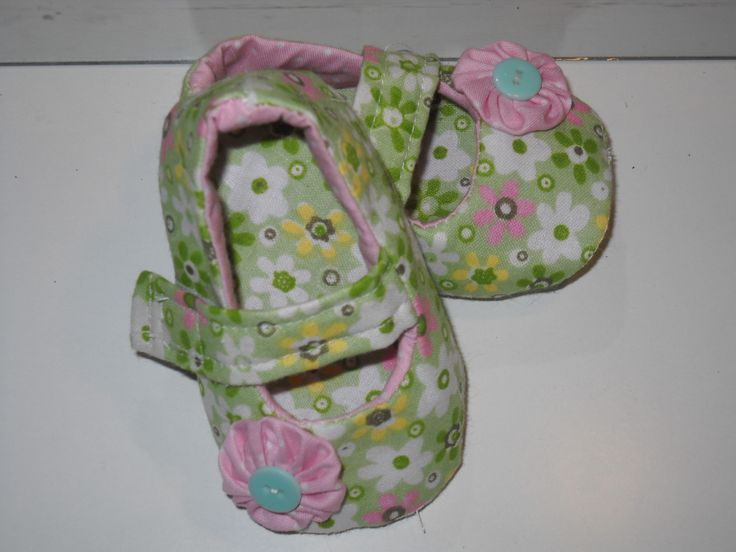 Handmade baby shoes with cotton fabric, pink cotton flower and cotton lining.