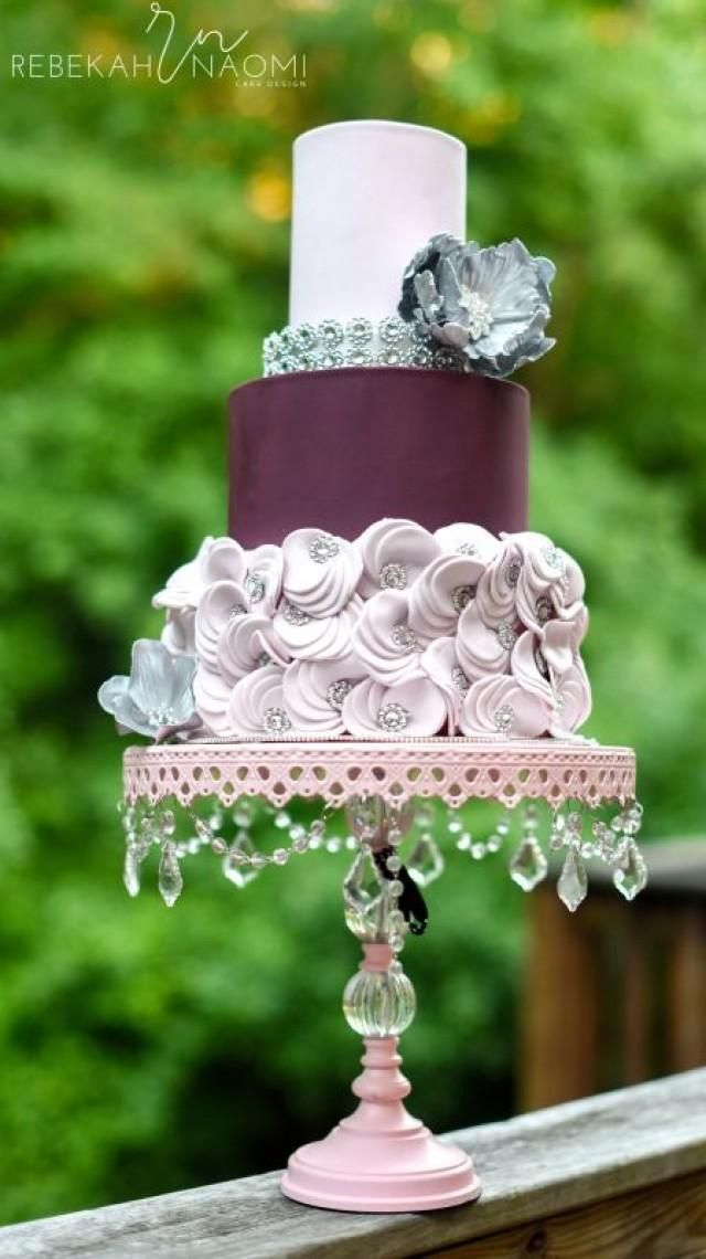 Weddbook ♥ This cake's color is the first thing that draws attention when you look at it. The decoration on the bottom tier matches the color of the top tier. The crystals on the cake add a feeling of luxury to it too.