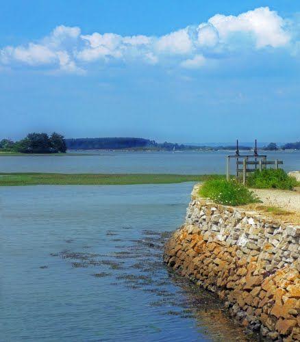 Saint-Armel. Ici, la côte est basse et découpée, propice à la formation naturelle de lagunes littorales. Depuis longtemps, les hommes ont compris le parti qu'ils pouvaient tirer de ces étangs et ces marais. Ils ont construit des digues, transformant les premiers en réserves d'énergie hydraulique pour actionner les roues des moulins à marée, exploitant les seconds pour la saliculture. C'est ainsi qu'au sud de Saint-Armel, l'étang de Ludré vit évoluer son moulin jusqu'à devenir